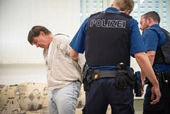 Die angehenden Polizisten legen den Mann in Handschellen.