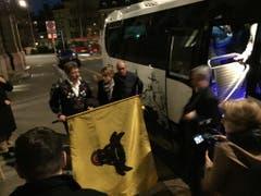 Ankunft der Urner Fans in Bern. Jetzt regiert der Uristier! (Bild Florian Arnold)