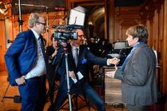 Die neugewaehlte Bundesraetin Viola Amherd, rechts, gibt ein Interview nach der Ersatzwahl in den Bundesrat durch die Vereinigte Bundesversammlung. (Bild: KEYSTONE/Anthony Anex)
