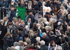 Karin Keller Sutter frisch gewaehlte Bundesraetin nimmt ein Bad in der Menge nach den Bundesratswahlen. (Bild: KEYSTONE/Lukas Lehmann)