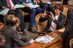 Ida Ganzmann fotografiert ihre Parteikollegin und Bundesratskandidatin Viola Amherd während der Bundesratswahlen. (Bild: Keystone)