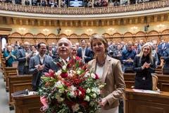 Die Bundesraete Ueli Maurer, links, und Simonetta Sommaruga freuen sich nach ihrer Wahl zum Bundespraesidenten respektive zur Bundesvizepraesidentin 2019 von der Vereinigten Bundesversammlung empfangen. (Bild: KEYSTONE/Peter Schneider)