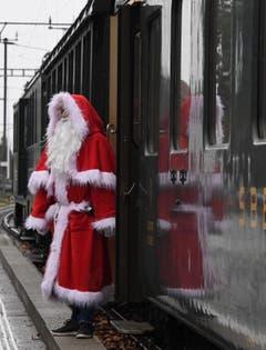 Der Samichlaus kommt mit dem Zug. (Bild: Yvonne Aldrovandi)