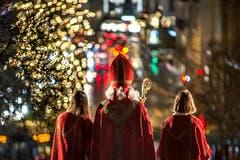 Wunderbare Stimmung: Traditioneller Auszug des Samichlaus mit seinem grossen Gefolge aus der Hofkirche in Luzern. (Bild: Pius Amrein, 2. Dezember 2018)