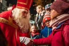 Der Samichlausauszug mit Bescherung bei der Kirche St. Oswald in Zug. (Bild: Patrick Hürlimann (Zug, 1. Dezember 2018))