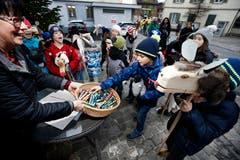 Kinder ziehen durch die Strassen von Unterägeri und kündigen den Samichlaus an. Dafür erhalten sie Süssigkeiten. (Bild: Stefan Kaiser (Zug, 5. Dezember 2018))