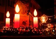 Brunnen an der Pfistergasse: In diesen Vorweihnachtstagen ein riesengrosser, nachts wunderbar leuchtender Adventskranz. (Bild: Heinz Schürmann (Luzern, 5. Dezember 2018))