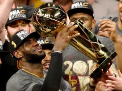 Der Beste der Geschichte auf dem Höhepunkt: LeBron James feiert mit den Cleveland Cavaliers den NBA-Titel (Bild: KEYSTONE/EPA/JOHN G. MABANGLO)