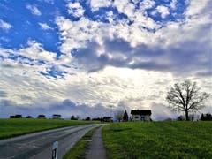 Ein wunderbares Wolkenspiel mit der Sonne: Einzelne Sonnenstrahlen drücken durch die Wolken. (Bild: Urs Gutfleisch (Neuenkirch, 8. Dezember 2018))