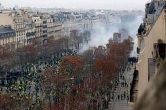 Die Demonstration von oben. (Bild: Michel Euler/AP Photo (Paris, 08.12.2018))