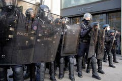 Die Polizei positioniert sich gegen den Aufstand. (Bild: Michel Euler/AP Photo (Paris, 08.12.2018))