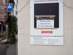 Eingangs des Städtli informieren Plakate über den abgesagten Klaus- und Weihnachtsmarkt. (Bild: Sascha Erni)