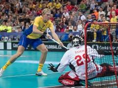 Die Schweden treffen im Penaltyschiessen aber einmal mehr - hier ist der ehemalige GC-Akteur Kim Nilsson erfolgreich (Bild: KEYSTONE/FABIAN TREES)