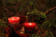 Die zweite Kerze brennt: Sie spendet Hoffnung und Kraft für Frieden. (Bild: Irene Wanner (Schötz, 4. Dezember 2018))