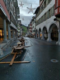 Das Sturmtief Marielou hat den Lichtensteiger Klaus- und Weihnachtsmarkt verwüstet. (Bild: pd)