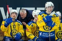 Der HCD fand heute kein Mittel gegen die EVZ-Defensive. Hier berät Davos-Coach Michel Riesen Perttu Lindgren. (Bild: Alexandra Wey/Keystone (Zug, 8. Dezember 2018))