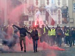 Am Samstag beteiligten sich nach Regierungsangaben in Frankreich rund 77'000 Menschen an den Kundgebungen der Gelbwesten. Fast tausend Demonstranten wurden vorläufig festgenommen. (Bild: KEYSTONE/AP/THIBAULT CAMUS)