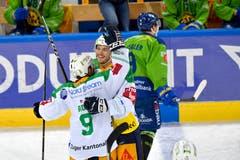 Die Zuger Garrett Roe (US) und Thomas Thiry, v.l. jubeln nach der 0:1 Führung und der Davoser Tino Kessler verlässt enttäuscht das Eis. (Bild: KEYSTONE/Juergen Staiger, 9. Dezember 2018)