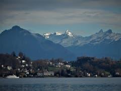 Was für eine tolle Fernsicht auf die schneebedeckten Berggipfel! Fotografiert am Quai in Luzern. (Bild: Margrith Imhof-Röthlin (Meggen, 7. Dezember 2018))