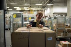 ... und räumt sie dann in ihren Lieferwagen ein. (Bild: Dominik Wunderli, Rothenburg, 6. Dezember 2018)