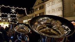 Der Willisauer Weihnachtsmarkt spiegelt sich in den Instrumenten der Blasmusik Rohrmatt. (Bild: Willy Birrer, 7. Dezember 2018)