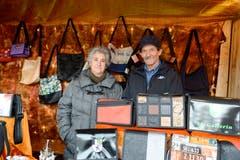 Maria und Rocco Damiano präsentieren Taschen, Schmuck und Accessoires. (Bild: Hansruedi Rohrer)
