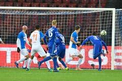 Der Luzerner Lazar Cirkovic (Nr.3) schiesst das 1-2 für Luzern. (Bild: KEYSTONE/Walter Bieri, 9. Dezember 2018)