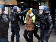 Bei den Protesten der «Gelbwesten» in Frankreich sind nach Angaben der Regierung mehr als 1700 Menschen festgenommen worden. (Bild: KEYSTONE/AP/THIBAULT CAMUS)