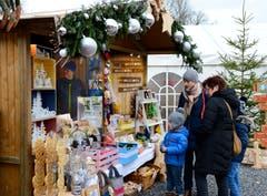 Zahlreiche Produkte werden in schön geschmückten Holzhäuschen präsentiert. (Bild: Hansruedi Rohrer)