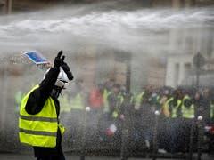 Die Polizei setzte Tränengas, Wasserwerfer und Blendgranaten ein. (Bild: KEYSTONE/EPA/IAN LANGSDON)