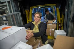 Postbotin Jasmine Birrer nimmt die Pakete in Empfang...