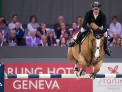 Beine hoch: Marcus Ehning und Prêt A Tout unterwegs zum Sieg. (Bild: KEYSTONE/LAURENT GILLIERON)