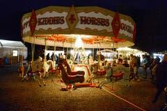 Das nostalgische Kinderkarussell dreht sich im hinteren Teil des Marktes. (Bild: Hansruedi Rohrer)