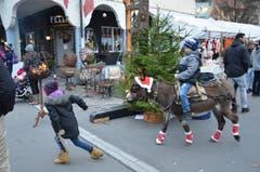 Am Samstag konnte der Stanser Wiänachtsmärcht stattfinden und zog viele Besucher an. Es herrschte vorweihnachtliche Stimmung, etwa beim Eselreiten...
