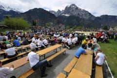 Die Zuschauer sitzen im Freien, da das Festzelt in der Nacht auf Sonntag durch die starken Winde zerstört wurde. (Bild: Keystone)