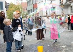 Sontje Brück auf Unterägeri macht Riesenseifenblasen. (Bild: Maria Schmid / Neue ZZ)