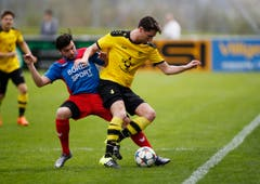 Koray Curaci vom SC Cham (links) gegen Simon Imbach vom FC Baar. (Bild: Stefan Kaiser / Neue ZZ)