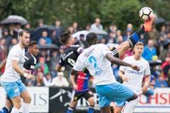 Der Basler Andraz Sporar (Mitt) kämpft gegen den Zuger Erick Ntsika um den Ball. (Bild: Keystone / Urs Flüeler)