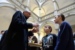Michael Töngi im Gespräch mit Jugendlichen. (Bild: Nadia Schärli (Neue LZ))