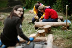Schüler der Oberstufe Walchwil arbeiten an einem Sagen- und Barfusspfad. (Bild: Stefan Kaiser)