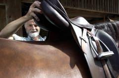 Ebenfalls eine ältere Aufnahme: Fredy Röösli legt seiner Stute einen seiner Sattel an. (Bild: Archiv Neue LZ)