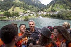 Bundespräsident Didier Burkhalter ist mit Jugendlichen der Stiftung für junge Auslandschweizer auf dem Schiff unterwegs auf dem Urnersee. (Bild: Keystone)