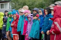 Gebannt schauen die Kinder den Hürdenstars zu. (Bild: Pius Amrein / Neue LZ)