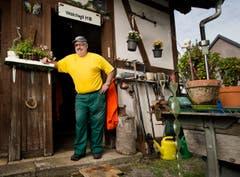 Walter Gretener betreut das alte Bahnhäuschen beim Bahnhof Walchwil seit 30 Jahren. (Bild: Stefan Kaiser)
