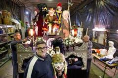 Gruppe Nostradamus fotografiert am 01. Februar 2016 in ihrem Werkraum in Emmenbrücke. Die Fasnachtsgruppe ist dieses Jahr das letzte mal unterwegs. Im Bild: links am Wagen Ruedi Egger, Richi Zgraggen (Mitte) und Ari Aregger (rechts). (Bild: Corinne Glanzmann (Neue LZ))