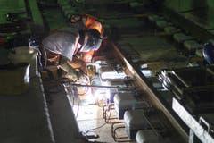29. Oktober 2014: Zwei Tunnelarbeiter sind mit Schweissarbeiten beschäftigt. (Bild: Keystone)