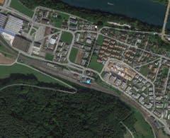 Für Schlagzeilen sorgte 2011 der geplante Bau einer Containersiedlung im Aargauischen Birmensdorf. Die Anwohner wehrten sich. Dass solche Widerstände erfolgreich sein könnte, zeigte sich 2009 beim geplanten Durchgangszentrum am Bahnhof Eglisau. Die Gerichte entschieden damals, dass Container nicht in eine Wohnsiedlung passen. (Bild: Google Maps)