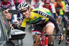 Fabian Cancellara, hier noch im Gelben Trikot und zum Spassen aufgelegt, während der Fahrt. (Bild: Keystone / Gian Ehrenzeller)
