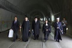 Pieter Zeilstra, Pfarrer Martin Werlen, der Rabbiner Marcel Yair Alimi, Pfarrerin Somina Rauch und der Imam Bekim Alimi (von links) unterwegs zur Segnung des Gotthard-Tunnels. (Bild: Keystone / Gaetan Bally)