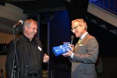 Guido Schmidt, seit zwanzig Jahren für das Lucerne Blues Festival im Einsatz, erhielt von Jürg Weber eine Uhr.